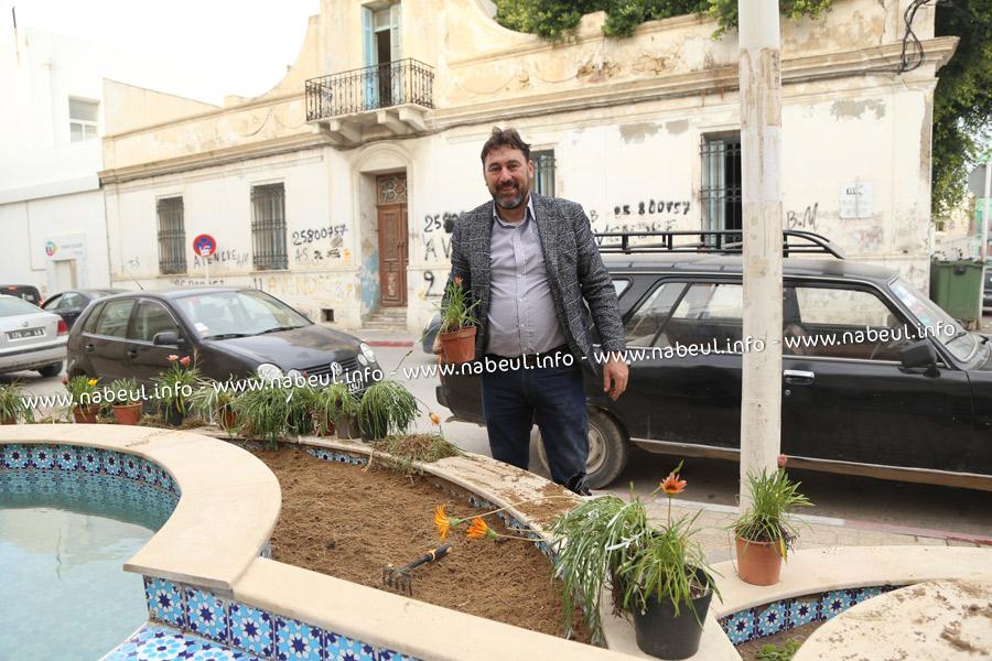 Rossano الايطالي يزرع الزهور أمام جامع الكرمة بنابل